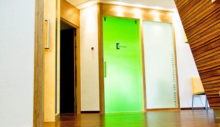 objects.sh Arztpraxis Behandlungszimmer Glastür Bodenbelag