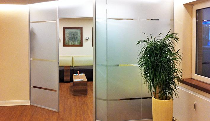 objects.sh Arztpraxis Wartebereich Glastrennwand Bodenbelag