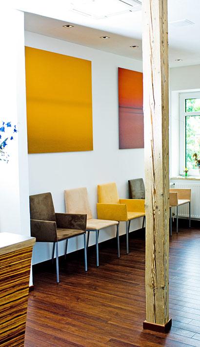 objects.sh Arztpraxis Wartezimmer Stuhl Deckenbekleidung Wandbilder Beleuchtung