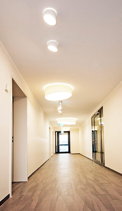 objects.sh Rehaklinik Einrichtung Flur Wandgestaltung Beleuchtung