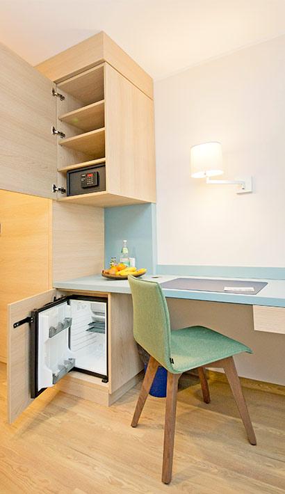 objects.sh Rehaklinik Einrichtung Schreibtisch Möbel